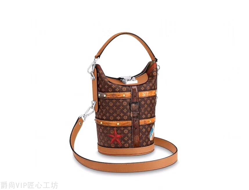 DUFFLE 手袋  搭扣包带与金色饰钉致敬路易威登制箱传统 22cm