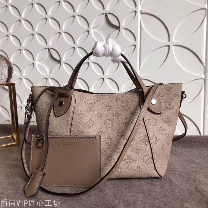 现货: 小号手袋BB手袋  包身正中配有弹簧扣,可折叠,可伸 34CM