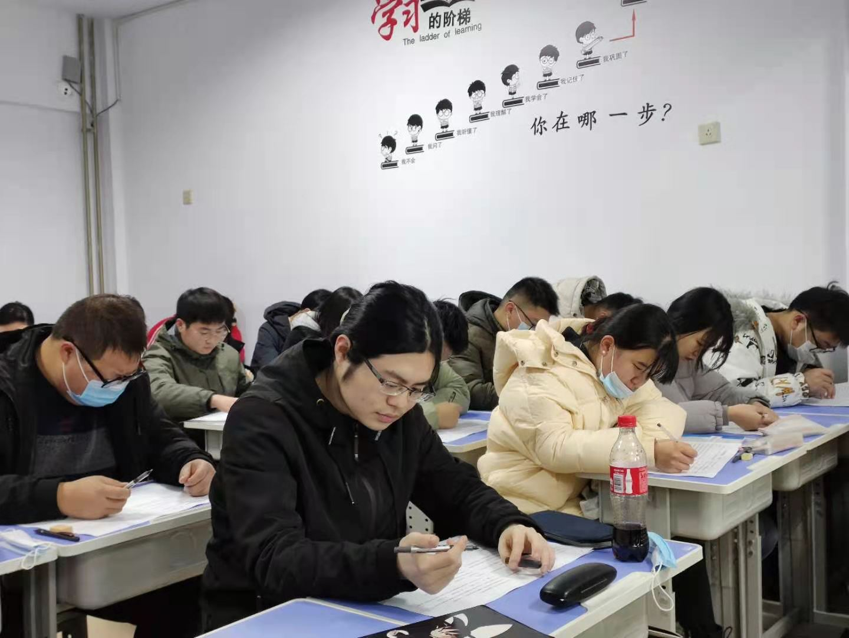 同学们参加摸底考试